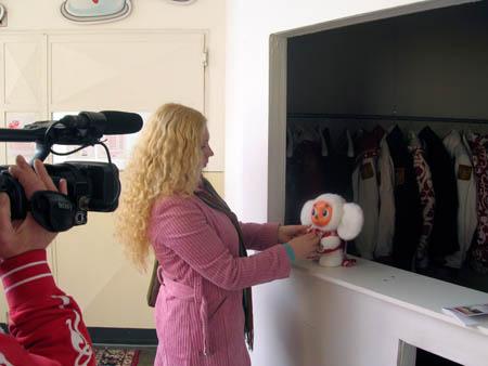 Тот самый чебурашка в гардеробной пресс-центра, крепко привязанный за лапку к стойке.